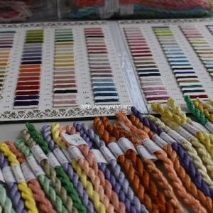 イーネオヤ・スザニ・オスマンル刺繍用シルク糸320色の色見本帳無料進呈中(先着30名様)