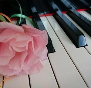 最近大人のピアノの生徒さんが取り組んでいる曲は…