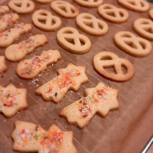 まずは型抜きクッキーから