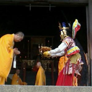 【2013年10月の記事】10月19日  東大寺(奈良市)大仏殿での「融通念佛聖聚来迎」に参拝