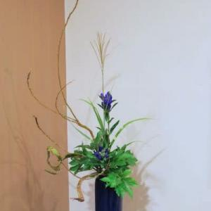 石化柳とリンドウの瓶花
