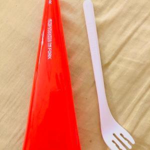 ローソンでカップヌードルを2つ買うと、超便利な専用フォークがもらえるよ!