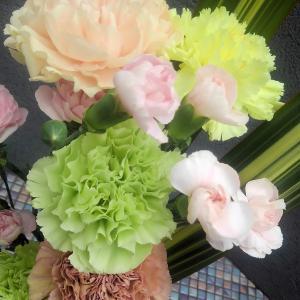 母の日だからこそベタにカーネーションの生け花とアレンジメント♪