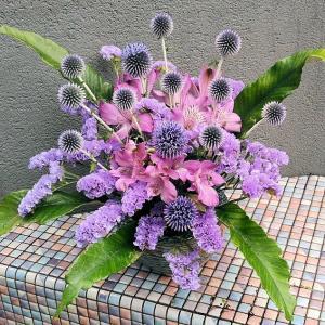 紫色のアレンジメントとピンクの生け花♪