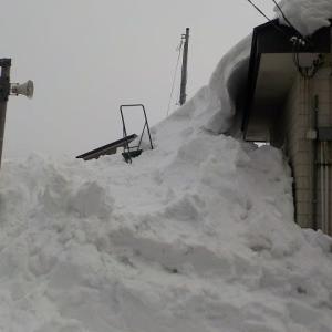 屋根雪が下と繋がった!