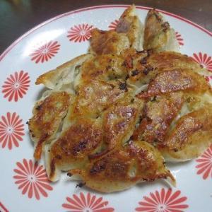 餃子、ジャガイモ、豚肉を使った料理