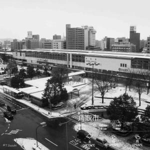 2020年2月28日(金)午前5時の気温3.4度、湿度62%、雪は無い冷えた鳥取市若葉台の夜明け前です。 写真は過日の薄っすらと白い鳥取駅前の風景です。