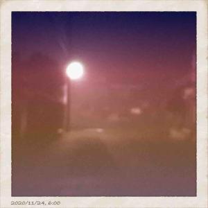 2020年11月24日(火)午前6時の気温6.9度、湿度74%、冷え込む鳥取市滝山の朝です。 写真は朝靄に霞む今朝の鳥取市滝山です。