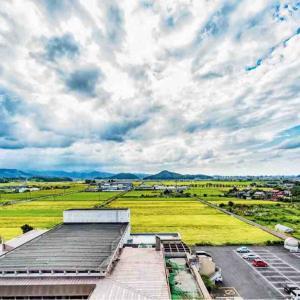 2021年9月11日(土)午前時の気温22.1度、湿度90%、鳥取市滝山の朝です。 写真は過日撮影した「時の塔」より、面影山方面の風景、秋の空です。