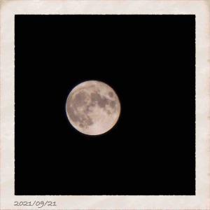 2021年9月22日(水)午前6時の気温26.4度、湿度84%、雲の切れ間から日がさす鳥取市滝山の朝です。 昨夜の中秋の満月なんとか一枚 ありがたや🙏🏼