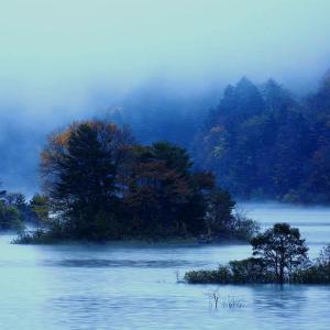 福島県耶麻郡北塩原村 「秋元湖の夜明け」