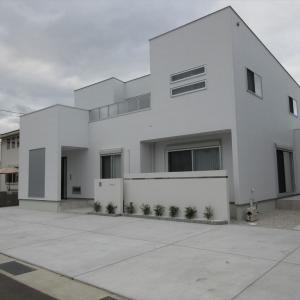 シンプルでおしゃれな白い壁の家