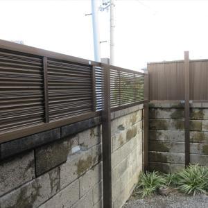 多段柱で目隠しフェンス