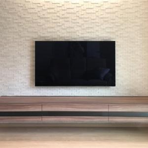 ウォールナット仕上げのフロートテレビボード