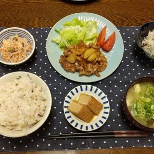 【晩ごはん】豚肉とじゃが芋のおかかバター醤油、厚揚げの煮物。
