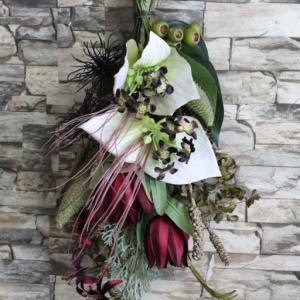 インパクトあるお花ばかり集めたタッカのスワッグ