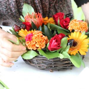 リース型のかごを使って、秋の生花のリース