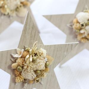 早めのクリスマス支度。白とアイボリーとゴールドの木の実などの天然素材で星のスタンド