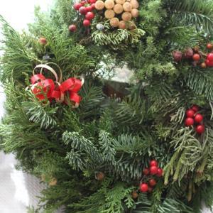 赤のバーゼリアがかわいいクリスマスリース