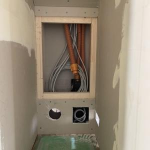 テレビニッチ裏のLAN配線やアンテナ配線ルーター収納部分