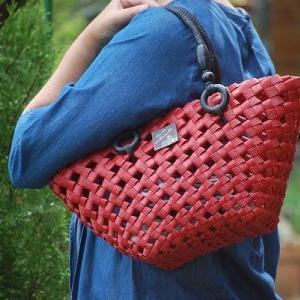 赤いバッグでお出かけです。