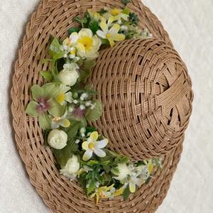 麦わら帽子と小さなお花