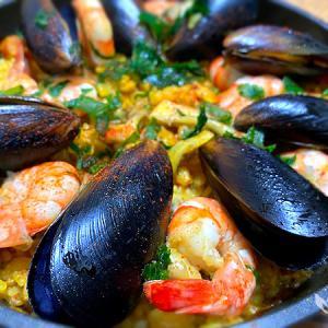 フライパンで作る魚介とベーコンの旨味がギュッと詰まった「パエリア」