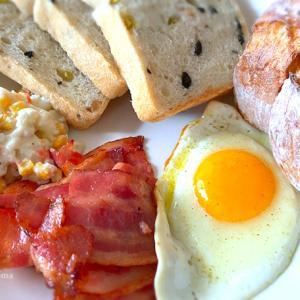 ブルディガラさんのパンとベーコンエッグで「週末モーニングプレート」