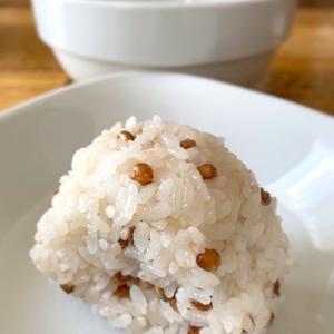 プチプチ食感が楽しい「もち麦塩にぎり」からの「鯖缶冷や汁」