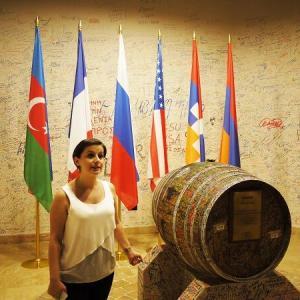 アララト社の「平和の樽」 アルメニア・アゼルバイジャン紛争の解決を祈って