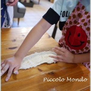 小さなお手々でパン捏ね♪