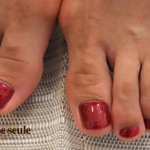 サンダルの足元を華やかに魅せてくれる赤ネイル♪