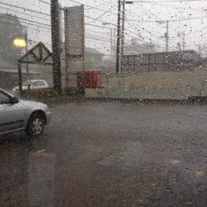 豪雨の中、バイクで…。