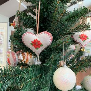 作品展示会のクリスマスコーナーは、ハートオーナメントでエレガントに!!