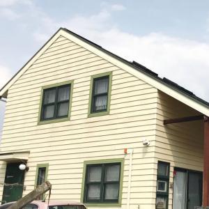 改装工事中〜!外壁の塗装は、くすんだイエローから綺麗なクリームイエローに!!