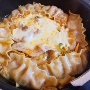 韓国人にオススメされた冷凍餃子でキムチ餃子チーズ鍋作りました!