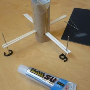 看板用鉄切り文字にステン細棒を接着する。