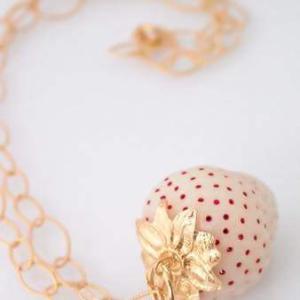 ラグジュアリーな白イチゴのネックレス