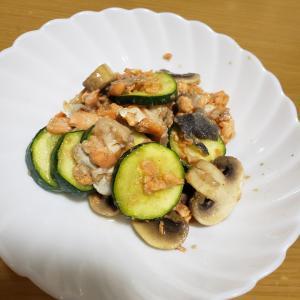 鮭とズッキーニとマッシュルームのにんにく炒め