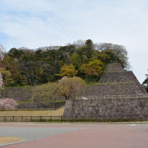 金沢城 鯉喉櫓台復元石垣と背後の段改変の石垣