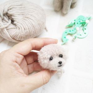 毛糸で制作中のトイプードル
