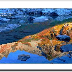 湖面に映える秋嶺