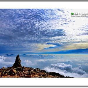 雲海に浮かぶケルン