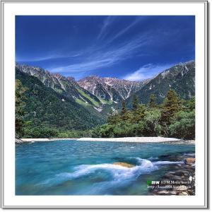 秋雲の穂高岳と梓川