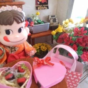 我が家の玄関飾りのドールハウスもバレンタイン~ヤフオク本日終了で最後の撮影会。