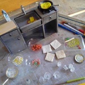 ドールハウス レトロな喫茶店製作中~オムライスやミックスサンド作り中やフォークにナプキン包むとか