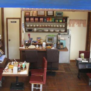 ドールハウス ミニチュア レトロ喫茶店と食品サンプル ショーケース、ヤフオク出品中!
