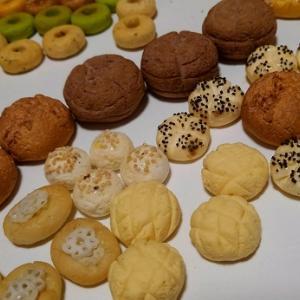 1/6 まだまだミニチュアパン制作中~一旦、パン棚やカウンターにのせてみる。