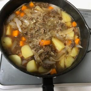 お散歩から帰ってきました。 今日は肉じゃが+豆腐とワカメの味噌汁です。