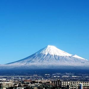 富士の高嶺にまたまた雪が降る